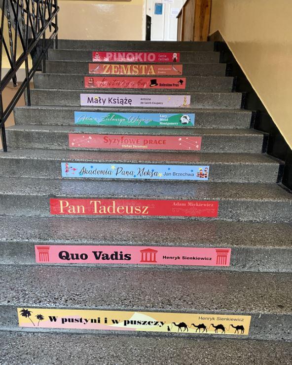 lektury szkolne na schodach