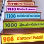 naklejka na schody z datami